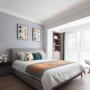 Diseño de dormitorio principal, contemporáneo, grande, con paredes púrpuras, suelo laminado y suelo amarillo