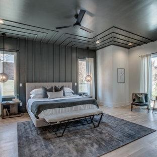 Diseño de dormitorio panelado, contemporáneo, panelado, con paredes grises, suelo de madera en tonos medios, suelo marrón y panelado