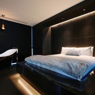 Ispirazione per una camera matrimoniale contemporanea con pareti nere e pavimento nero