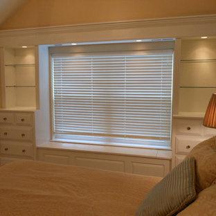 フィラデルフィアの小さいトラディショナルスタイルのおしゃれな寝室 (ピンクの壁、カーペット敷き、ピンクの床) のレイアウト