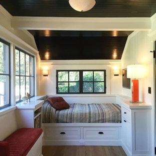 Foto di una piccola camera degli ospiti chic con pareti bianche