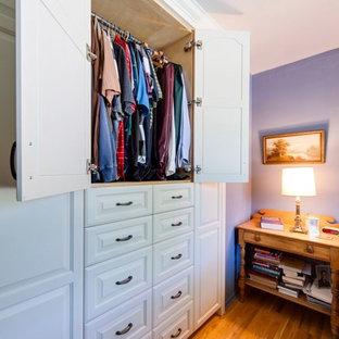 Ispirazione per una camera matrimoniale classica di medie dimensioni con pareti viola, pavimento in legno massello medio e nessun camino