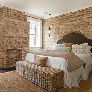 Ejemplo de dormitorio tradicional con marco de chimenea de ladrillo