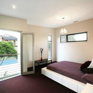 Modelo de dormitorio principal, minimalista, de tamaño medio, con paredes blancas, moqueta y suelo violeta