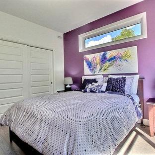 モントリオールの中サイズのコンテンポラリースタイルのおしゃれな客用寝室 (紫の壁、淡色無垢フローリング、茶色い床)