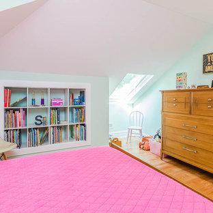 Foto de habitación de invitados de estilo americano con paredes verdes, suelo de madera en tonos medios y suelo marrón