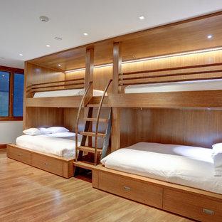 Idées déco pour une grande chambre d'amis contemporaine avec un mur beige, un sol en bois clair, aucune cheminée et un sol beige.