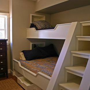 Idée de décoration pour une chambre mansardée ou avec mezzanine marine de taille moyenne avec un mur beige et aucune cheminée.
