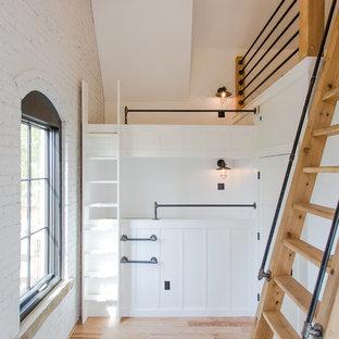 Пример оригинального дизайна: спальня среднего размера на антресоли в стиле современная классика с белыми стенами, светлым паркетным полом и красным полом без камина