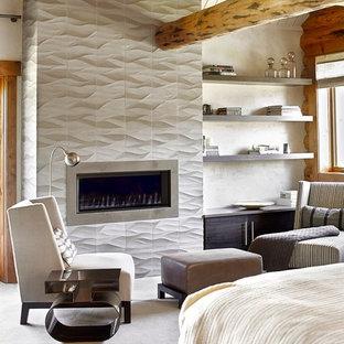 Пример оригинального дизайна: спальня в стиле рустика с белыми стенами, ковровым покрытием, фасадом камина из плитки и стандартным камином