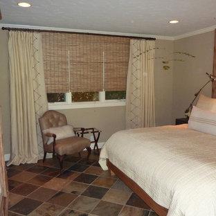 Modelo de dormitorio principal, tradicional, grande, sin chimenea, con paredes beige y suelo de pizarra