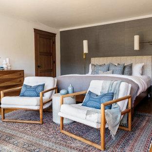 Inspiration för moderna huvudsovrum, med vita väggar, mellanmörkt trägolv och brunt golv
