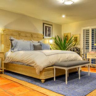 Diseño de dormitorio principal, tradicional renovado, de tamaño medio, sin chimenea, con paredes beige y suelo de baldosas de terracota