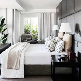 Modelo de dormitorio contemporáneo, de tamaño medio, con moqueta