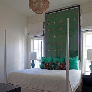 Ejemplo de dormitorio bohemio, sin chimenea, con paredes blancas y suelo de madera clara