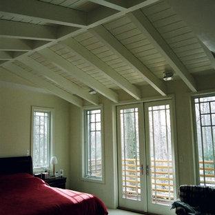 Diseño de dormitorio principal, moderno, de tamaño medio, con paredes blancas, moqueta, chimenea de esquina, marco de chimenea de madera y suelo beige