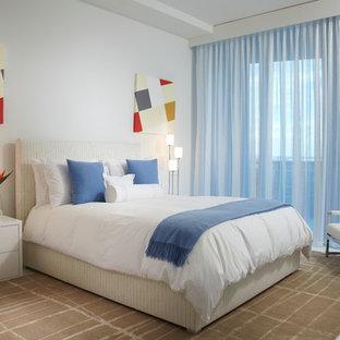 Стильный дизайн: большая гостевая спальня в современном стиле с белыми стенами, мраморным полом и белым полом - последний тренд