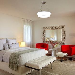 Foto de habitación de invitados actual, grande, con paredes blancas, chimenea de doble cara, marco de chimenea de madera y suelo de madera en tonos medios