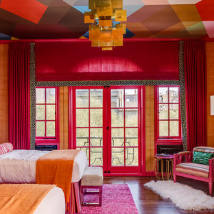 Bild på ett eklektiskt sovrum, med orange väggar och mörkt trägolv
