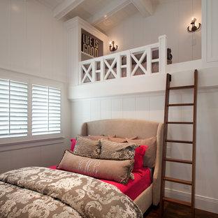 Ejemplo de dormitorio costero con paredes blancas