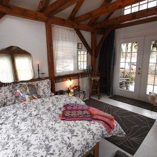 Cette photo montre une petit chambre d'amis montagne avec un mur blanc et un sol en contreplaqué.