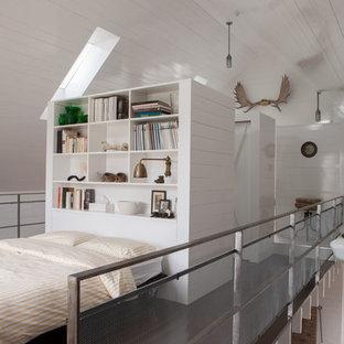 モントリオールのラスティックスタイルのおしゃれなロフト寝室 (白い壁) のレイアウト