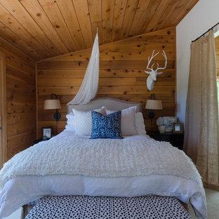 Foto de habitación de invitados rural, pequeña, sin chimenea, con paredes marrones, moqueta y suelo beige