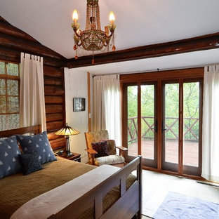 Imagen de dormitorio principal, rústico, pequeño, sin chimenea, con paredes marrones, moqueta y marco de chimenea de hormigón