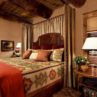 Ejemplo de dormitorio principal, rústico, de tamaño medio, con paredes beige