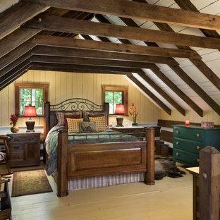 Идея дизайна: хозяйская спальня среднего размера в стиле рустика с деревянным полом, желтыми стенами и желтым полом