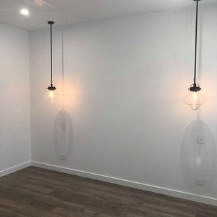 Ejemplo de dormitorio principal, tradicional, de tamaño medio, con paredes blancas, suelo vinílico y suelo marrón