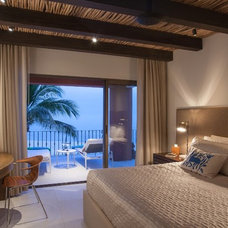 Tropical Bedroom by Garret Cord Werner Architects & Interior Designers