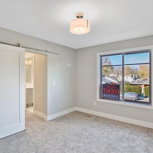 Inspiration för små amerikanska huvudsovrum, med grå väggar, heltäckningsmatta och grått golv