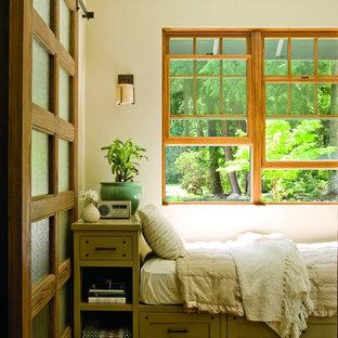 シアトルの中くらいのトラディショナルスタイルのおしゃれな客用寝室 (ベージュの壁、カーペット敷き、暖炉なし、マルチカラーの床)