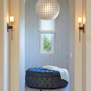 Cette image montre une très grande chambre méditerranéenne avec un mur beige.