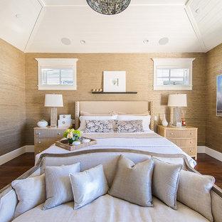 Idee per una grande camera matrimoniale costiera con pareti marroni, parquet scuro, nessun camino e pavimento marrone