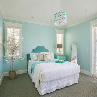Foto di una camera degli ospiti stile marino con pareti blu e moquette