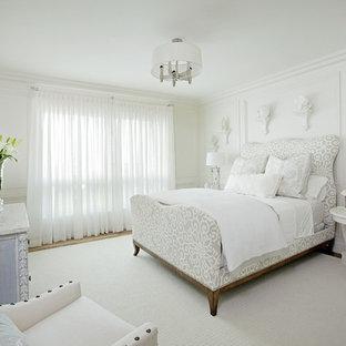 Foto de dormitorio actual con paredes blancas y suelo de madera en tonos medios