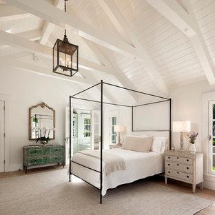 サンタバーバラのカントリー風おしゃれな主寝室 (白い壁、淡色無垢フローリング) のレイアウト