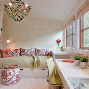 Foto de habitación de invitados bohemia, grande, sin chimenea, con paredes beige y moqueta
