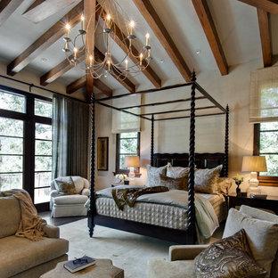 Exemple d'une grande chambre parentale méditerranéenne avec un mur beige et un sol en bois foncé.