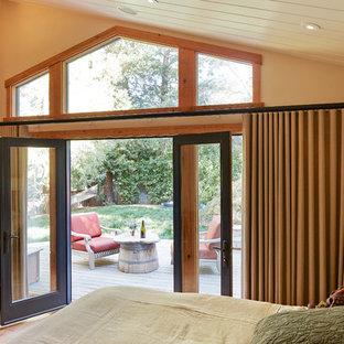 Идея дизайна: спальня среднего размера в стиле современная классика с бежевыми стенами, паркетным полом среднего тона и печью-буржуйкой