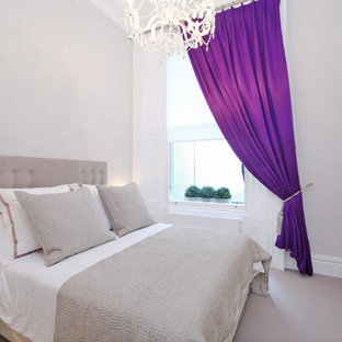 ロンドンの小さいトランジショナルスタイルのおしゃれな客用寝室 (ベージュの壁、カーペット敷き、暖炉なし、紫の床)
