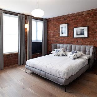 ロンドンの中くらいのコンテンポラリースタイルのおしゃれな主寝室 (赤い壁、無垢フローリング)