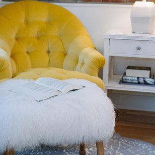 Неиссякаемый источник вдохновения для домашнего уюта: гостевая спальня среднего размера в стиле фьюжн с коричневыми стенами, паркетным полом среднего тона и коричневым полом без камина
