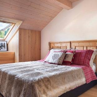 Esempio di una camera matrimoniale stile rurale di medie dimensioni con pareti bianche, parquet chiaro e pavimento beige