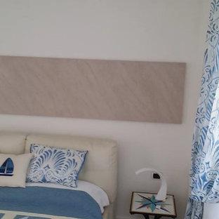 Идея дизайна: маленькая хозяйская спальня в средиземноморском стиле с белыми стенами, полом из терракотовой плитки и бежевым полом без камина