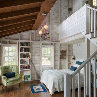 Mittelgroßes Rustikales Hauptschlafzimmer ohne Kamin mit weißer Wandfarbe und braunem Holzboden in Boston