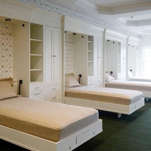 Bild på ett mellanstort vintage gästrum, med flerfärgade väggar, heltäckningsmatta och grönt golv