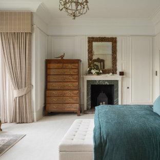 Imagen de dormitorio boiserie, clásico, boiserie, con paredes beige, suelo beige y boiserie